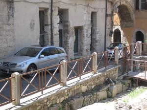 Auto parcheggiate sul centro storico. Secondo i residenti sono dei ristoratori