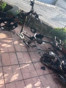 I resti carbonizzati dello scooter