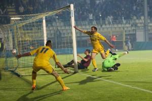 L'esultanza di Massimiliano Carlini dopo uno dei due gol a Varese. Anxur Time