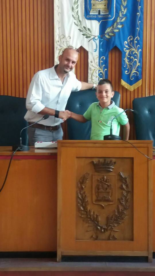 stretta di mano tra il sindaco Nicola Procaccini e Gianluca Leo. anxur time
