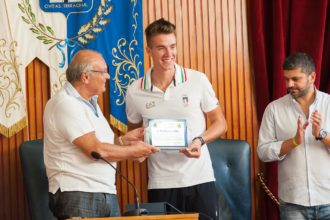 Matteo Lodo premiato da Gianfranco Sciscione. anxur time