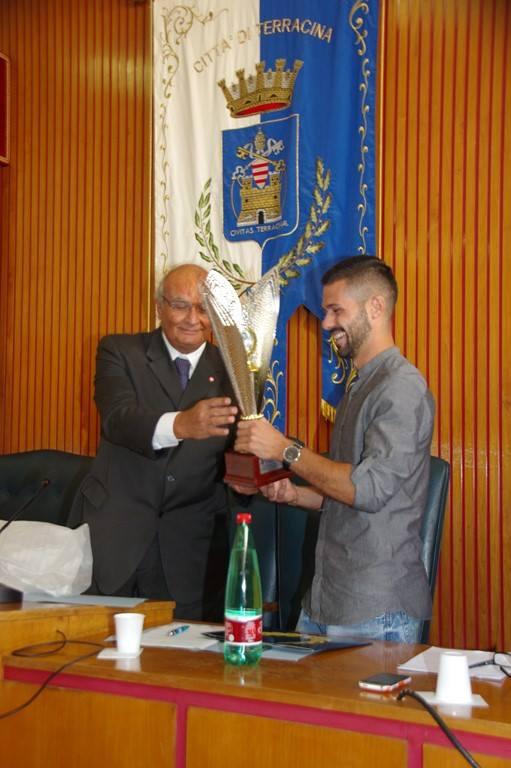Encomio a Carlo Augelli consegnato dal Presidente del Consiglio del Comune di Terracina, Gianfranco Sciscione. Anxur time
