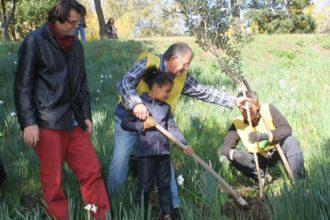 Namite pianta un albero al Parco del Montuno. anxur time