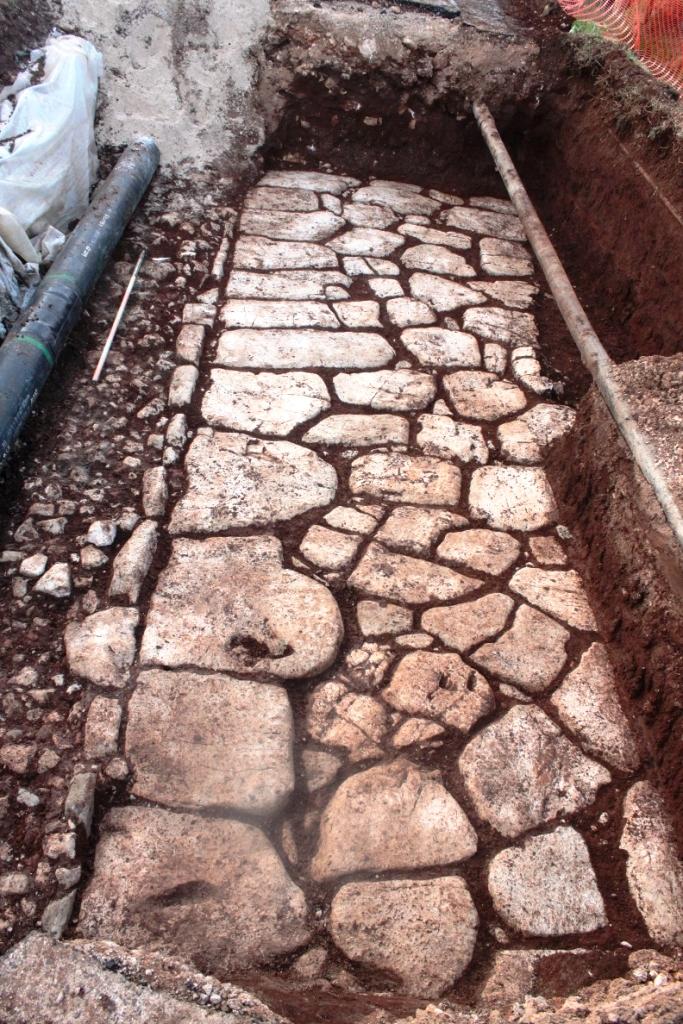 Strada basolata adiacente il muro di cinta romano in zona La Valle. Anxur time