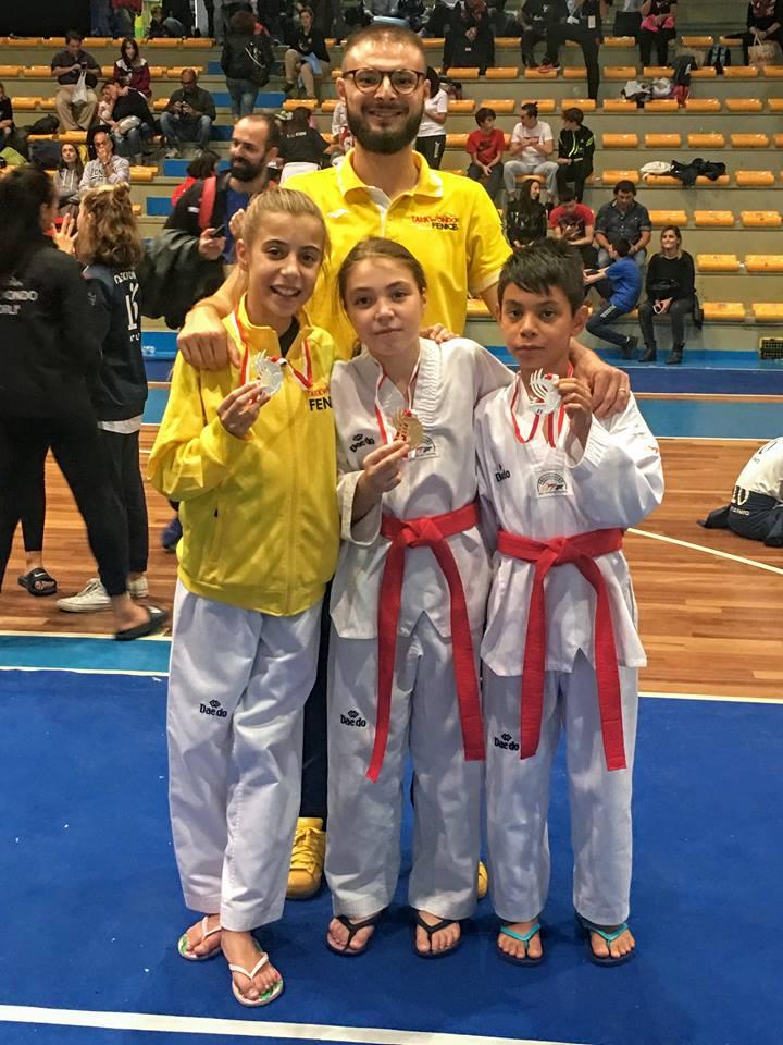 Il Maestro Simone Longarini con i tre medagliati. anxur time